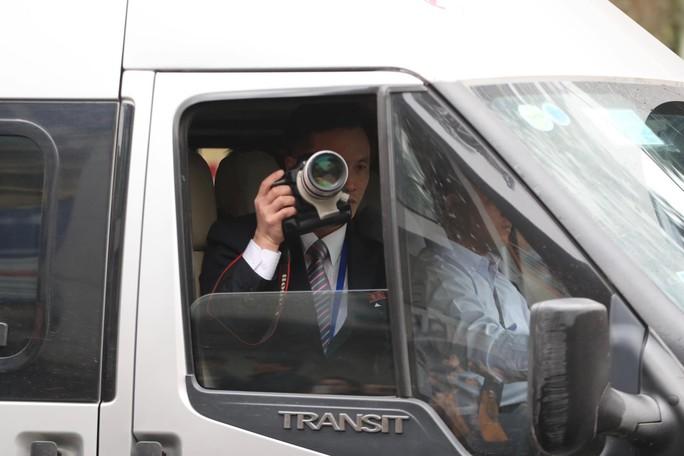 Phóng viên Triều Tiên nhoài người ra cửa xe quay Chủ tịch Kim Jong-un - Ảnh 4.