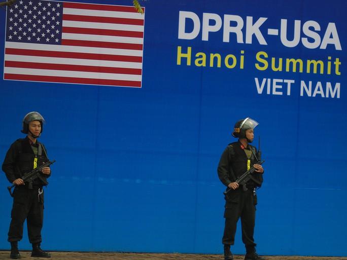 Thắt chặt an ninh khách sạn JW Marriott trước khi Tổng thống Donald Trump tới Hà Nội - Ảnh 7.