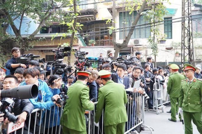 Clip đoàn xe hộ tống Chủ tịch Kim Jong-un thăm Đại sứ quán Triều Tiên - Ảnh 7.