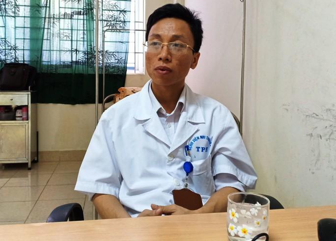 Cảm động bác sĩ bị ung thư vẫn hết mình vì người bệnh - Ảnh 1.