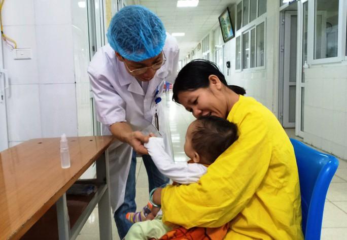 Cảm động bác sĩ bị ung thư vẫn hết mình vì người bệnh - Ảnh 3.
