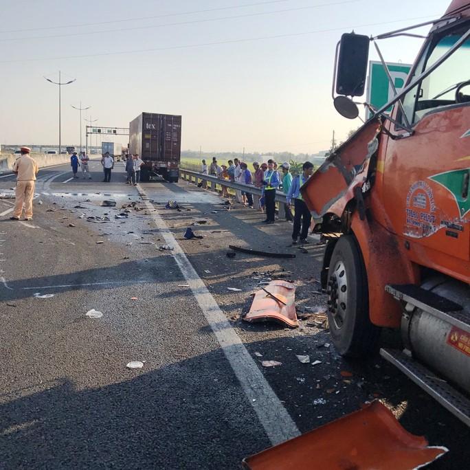 Xe đầu kéo gây tai nạn nghiêm trọng trên cao tốc TP HCM - Trung Lương - Ảnh 1.