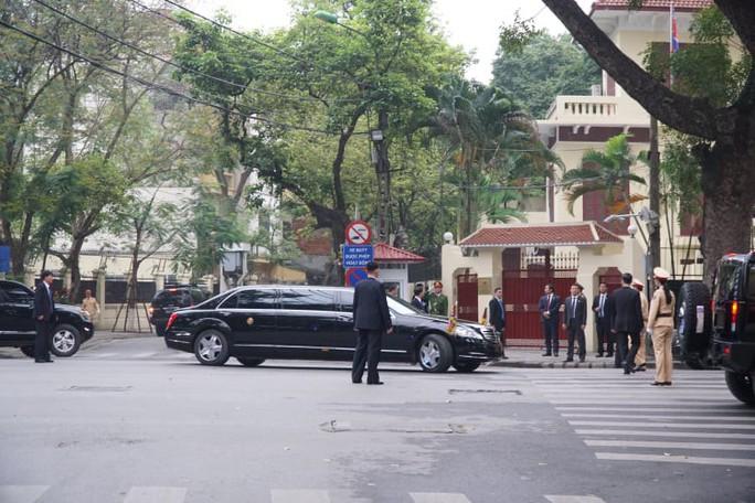 Clip đoàn xe hộ tống Chủ tịch Kim Jong-un thăm Đại sứ quán Triều Tiên - Ảnh 2.