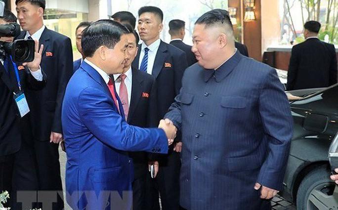 [Clip] Chủ tịch TP Hà Nội đón nhà lãnh đạo Kim Jong-un tại khách sạn Melia - Ảnh 1.