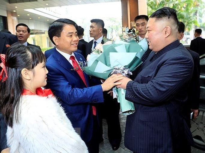 [Clip] Chủ tịch TP Hà Nội đón nhà lãnh đạo Kim Jong-un tại khách sạn Melia - Ảnh 2.