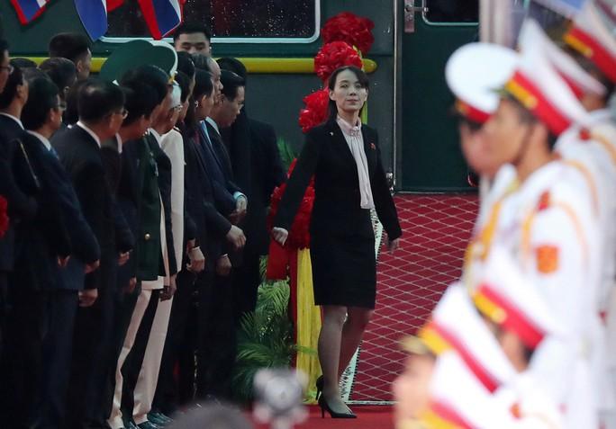 Đến ga Đồng Đăng, em gái ông Kim Jong-un xuống tàu đầu tiên - Ảnh 1.