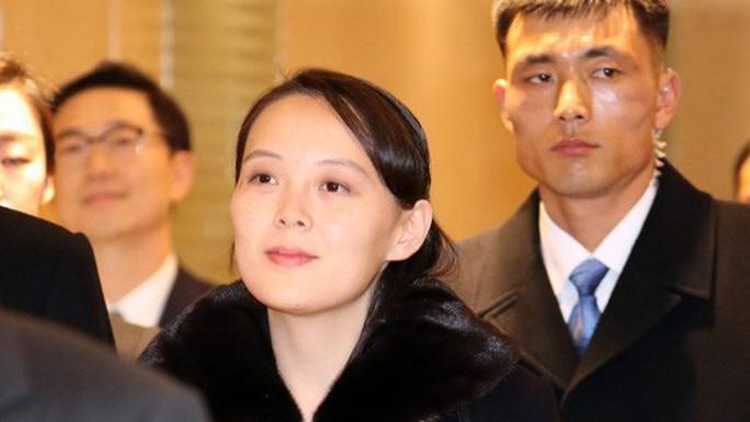 Đến ga Đồng Đăng, em gái ông Kim Jong-un xuống tàu đầu tiên - Ảnh 2.