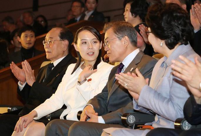 Đến ga Đồng Đăng, em gái ông Kim Jong-un xuống tàu đầu tiên - Ảnh 5.