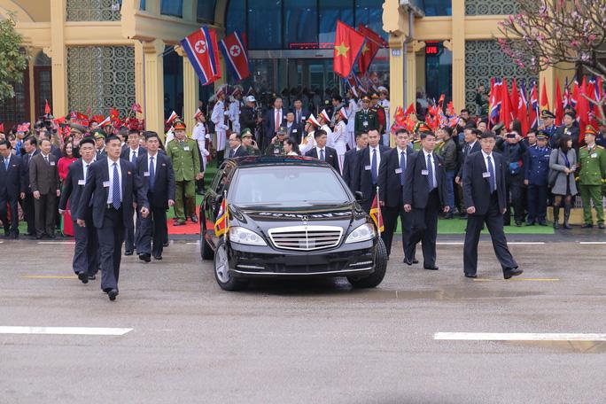 Dàn cận vệ chạy theo xe, đưa Chủ tịch Kim Jong-un rời ga Đồng Đăng - Ảnh 12.