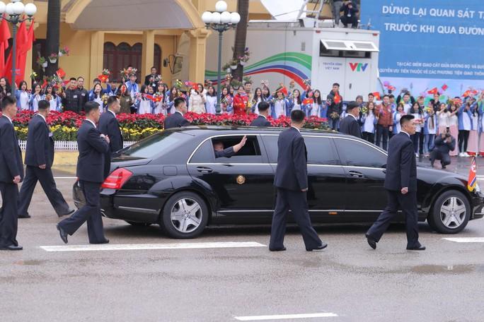 Dàn cận vệ chạy theo xe, đưa Chủ tịch Kim Jong-un rời ga Đồng Đăng - Ảnh 13.