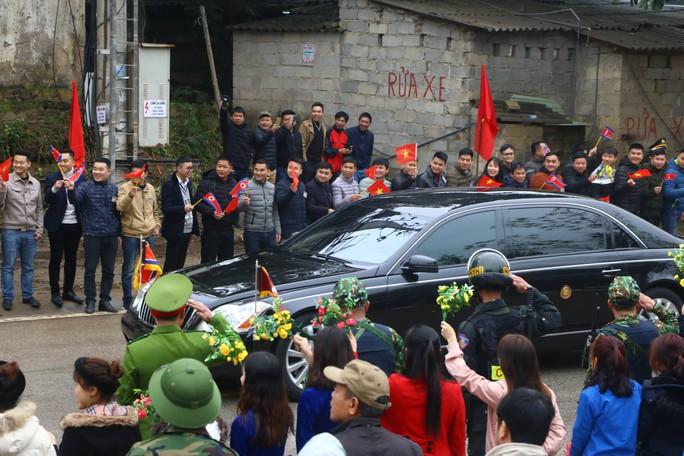 Dàn cận vệ chạy theo xe, đưa Chủ tịch Kim Jong-un rời ga Đồng Đăng - Ảnh 18.