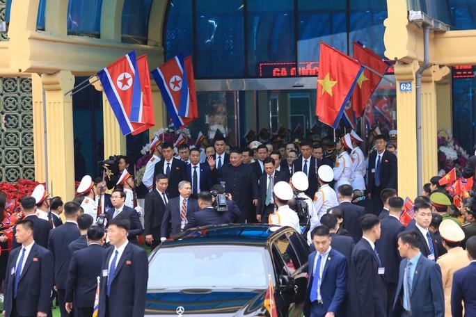 Dàn cận vệ chạy theo xe, đưa Chủ tịch Kim Jong-un rời ga Đồng Đăng - Ảnh 8.