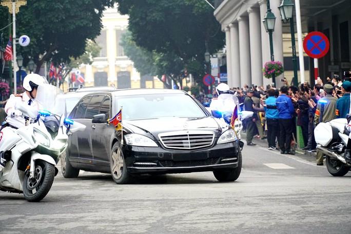 Cận cảnh đoàn xe Chủ tịch Triều Tiên Kim Jong-un đi trên phố Hà Nội - Ảnh 3.