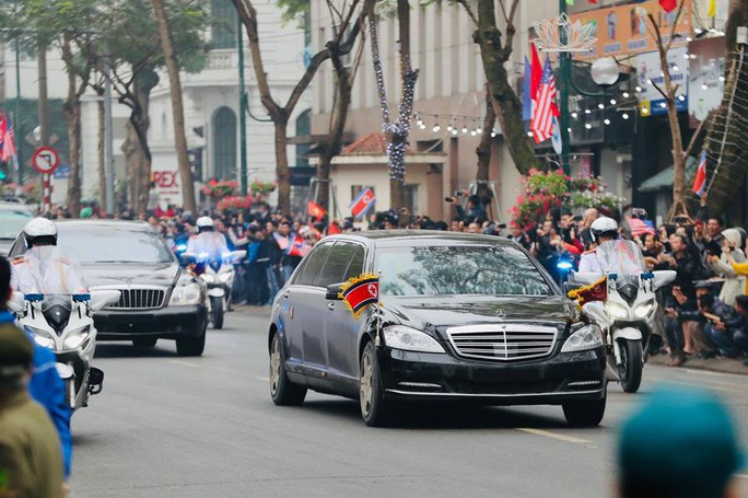 Cận cảnh đoàn xe Chủ tịch Triều Tiên Kim Jong-un đi trên phố Hà Nội - Ảnh 4.