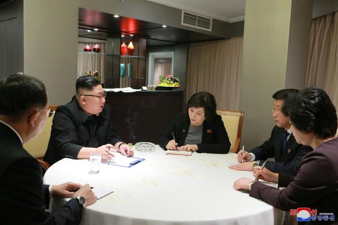 Thượng đỉnh Mỹ - Triều: Hai nhà lãnh đạo ăn tối hơn một giờ rưỡi - Ảnh 6.