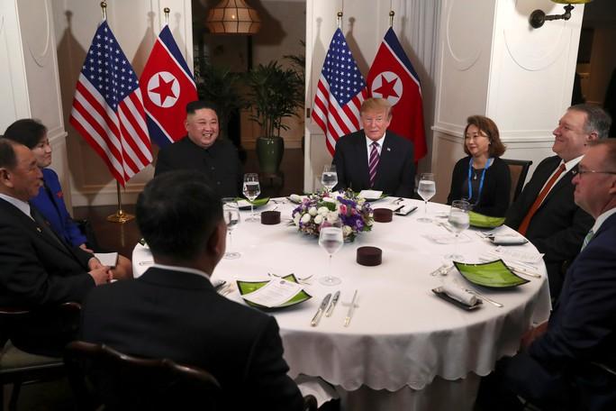 Hội ngộ tại Hà Nội: Hai ông Trump và Kim bắt tay thân tình, trò chuyện cởi mở - Ảnh 14.