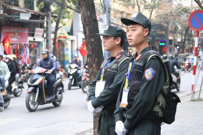 Thượng đỉnh Mỹ-Triều: Thắt chặt an ninh ở phố cổ Hàng Bông - Ảnh 2.