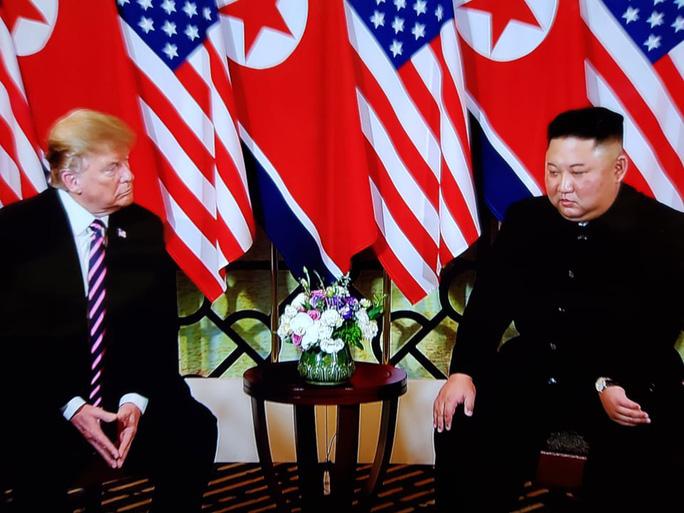 Hội ngộ tại Hà Nội: Hai ông Trump và Kim bắt tay thân tình, trò chuyện cởi mở - Ảnh 6.