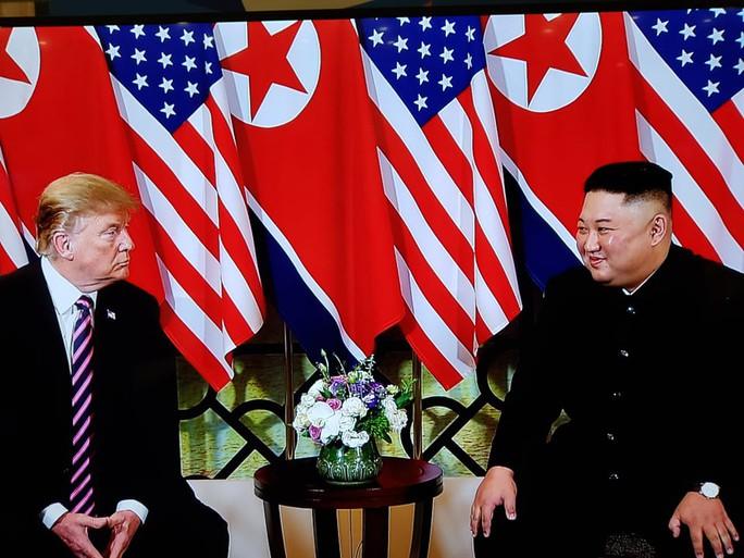 Hội ngộ tại Hà Nội: Hai ông Trump và Kim bắt tay thân tình, trò chuyện cởi mở - Ảnh 8.