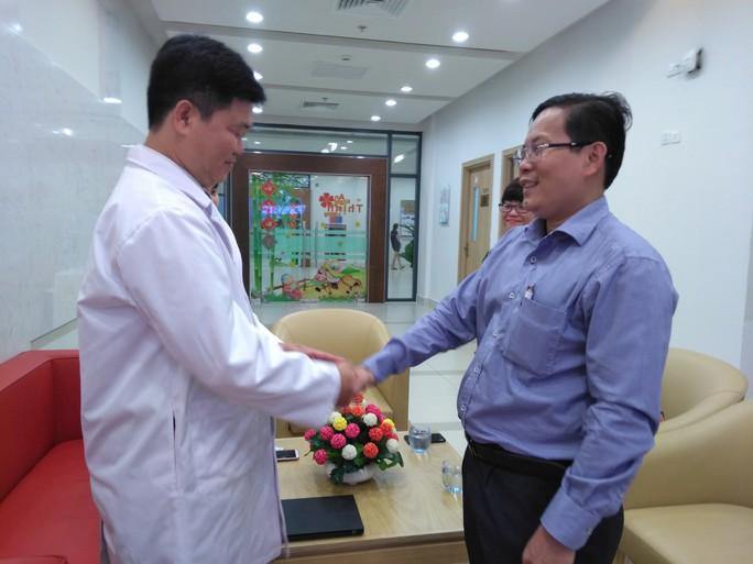 Báo Người Lao Động thăm và chúc mừng nhiều bệnh viện nhân Ngày Thầy thuốc Việt Nam - Ảnh 4.