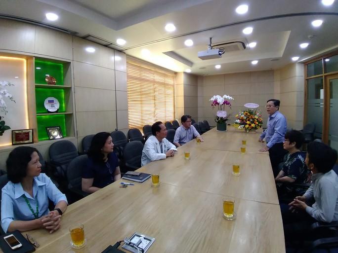 Báo Người Lao Động thăm và chúc mừng nhiều bệnh viện nhân Ngày Thầy thuốc Việt Nam - Ảnh 5.