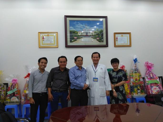 Báo Người Lao Động thăm và chúc mừng nhiều bệnh viện nhân Ngày Thầy thuốc Việt Nam - Ảnh 2.