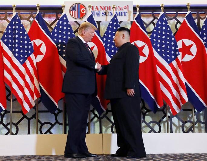 Hội ngộ tại Hà Nội: Hai ông Trump và Kim bắt tay thân tình, trò chuyện cởi mở - Ảnh 4.