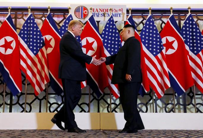 Hội ngộ tại Hà Nội: Hai ông Trump và Kim bắt tay thân tình, trò chuyện cởi mở - Ảnh 3.