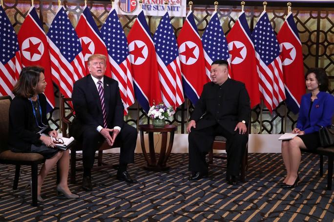 Hội ngộ tại Hà Nội: Hai ông Trump và Kim bắt tay thân tình, trò chuyện cởi mở - Ảnh 12.