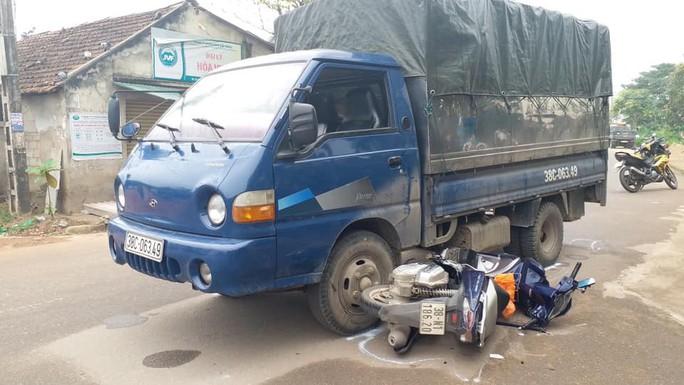 Xe tải chở gỗ bỏ chạy, tông 2 CSGT bị thương - Ảnh 1.