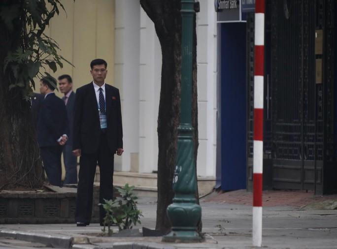 Cận cảnh đội cảnh vệ, an ninh Triều Tiên bên ngoài Metropole - Ảnh 25.