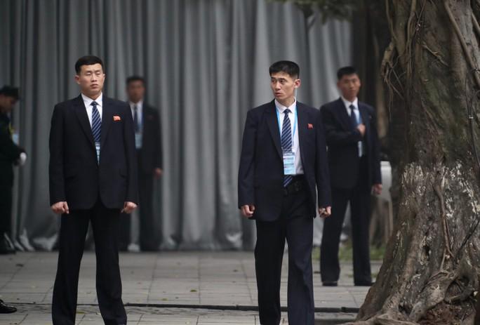 Cận cảnh đội cảnh vệ, an ninh Triều Tiên bên ngoài Metropole - Ảnh 23.