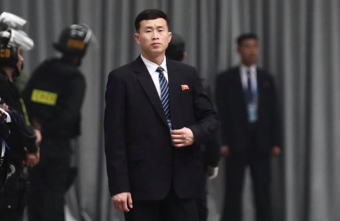 Cận cảnh đội cảnh vệ, an ninh Triều Tiên bên ngoài Metropole - Ảnh 20.
