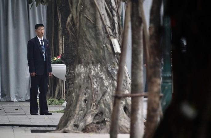 Cận cảnh đội cảnh vệ, an ninh Triều Tiên bên ngoài Metropole - Ảnh 19.