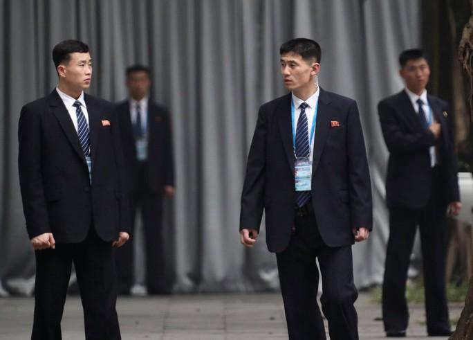 Cận cảnh đội cảnh vệ, an ninh Triều Tiên bên ngoài Metropole - Ảnh 18.