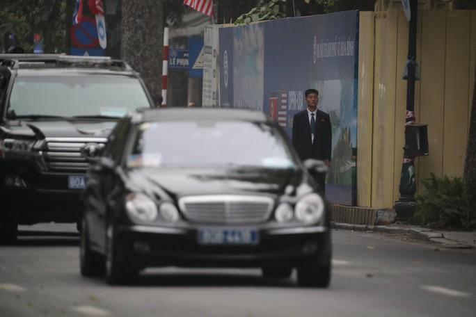 Cận cảnh đội cảnh vệ, an ninh Triều Tiên bên ngoài Metropole - Ảnh 16.