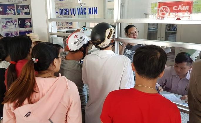 Chen lấn từ 3 giờ sáng vẫn không thể tiêm vắc-xin 6 trong 1 cho con - Ảnh 3.