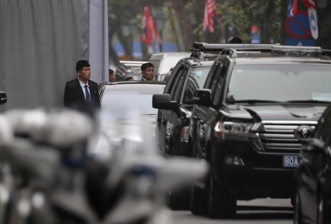 Cận cảnh đội cảnh vệ, an ninh Triều Tiên bên ngoài Metropole - Ảnh 15.
