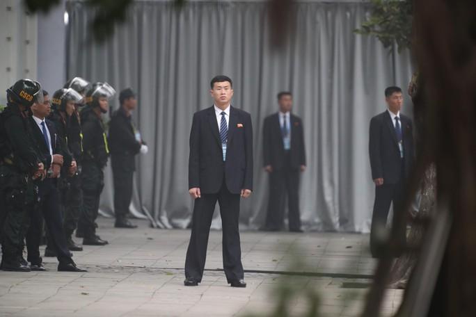 Cận cảnh đội cảnh vệ, an ninh Triều Tiên bên ngoài Metropole - Ảnh 14.