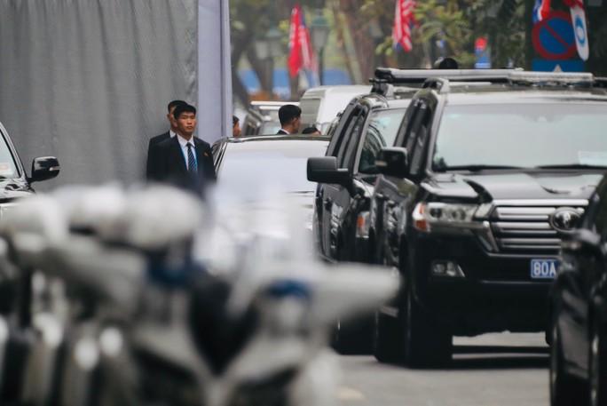 Cận cảnh đội cảnh vệ, an ninh Triều Tiên bên ngoài Metropole - Ảnh 9.