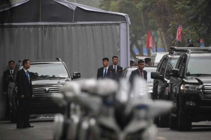 Cận cảnh đội cảnh vệ, an ninh Triều Tiên bên ngoài Metropole - Ảnh 26.