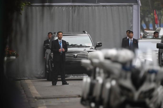 Cận cảnh đội cảnh vệ, an ninh Triều Tiên bên ngoài Metropole - Ảnh 8.