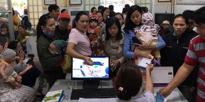Chen lấn từ 3 giờ sáng vẫn không thể tiêm vắc-xin 6 trong 1 cho con - Ảnh 2.