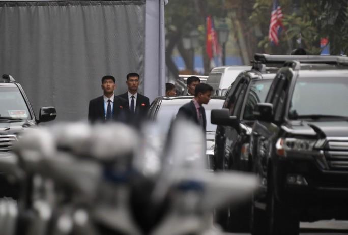 Cận cảnh đội cảnh vệ, an ninh Triều Tiên bên ngoài Metropole - Ảnh 6.