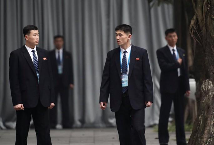 Cận cảnh đội cảnh vệ, an ninh Triều Tiên bên ngoài Metropole - Ảnh 5.