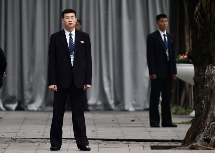 Cận cảnh đội cảnh vệ, an ninh Triều Tiên bên ngoài Metropole - Ảnh 13.