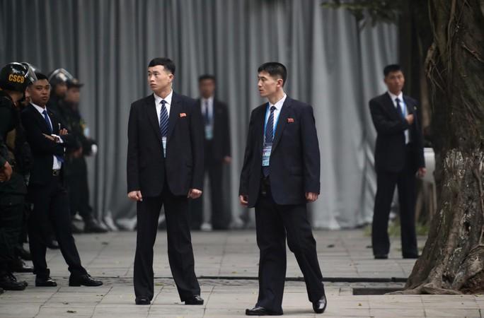 Cận cảnh đội cảnh vệ, an ninh Triều Tiên bên ngoài Metropole - Ảnh 3.