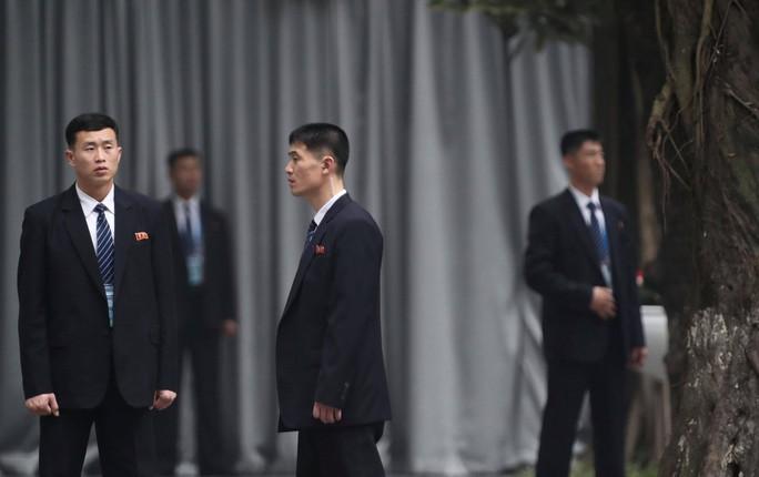 Cận cảnh đội cảnh vệ, an ninh Triều Tiên bên ngoài Metropole - Ảnh 2.