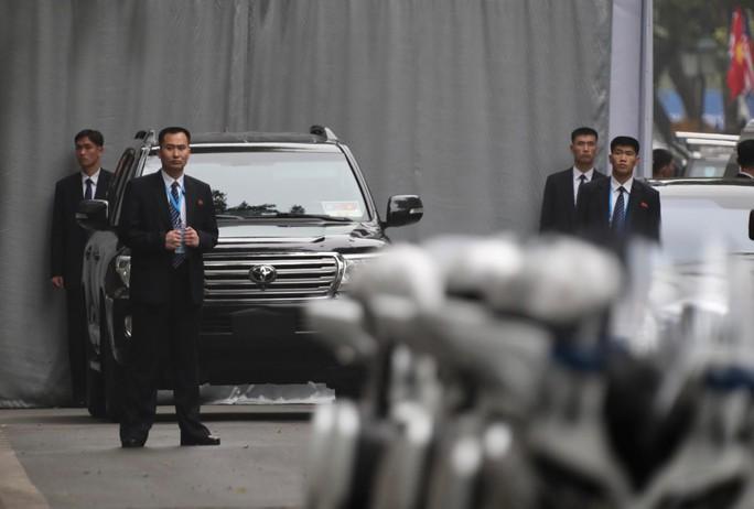 Cận cảnh đội cảnh vệ, an ninh Triều Tiên bên ngoài Metropole - Ảnh 11.