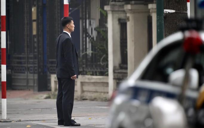 Cận cảnh đội cảnh vệ, an ninh Triều Tiên bên ngoài Metropole - Ảnh 1.